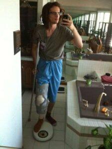 Matthew Gray Gubler de Esprits Criminels, blessé au genou, dans sa salle de bain