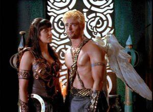 Karl Urban dans le rôle de Cupidon et Lucy Lawless dans le rôle de Xena dans la série Xena, la guerrière