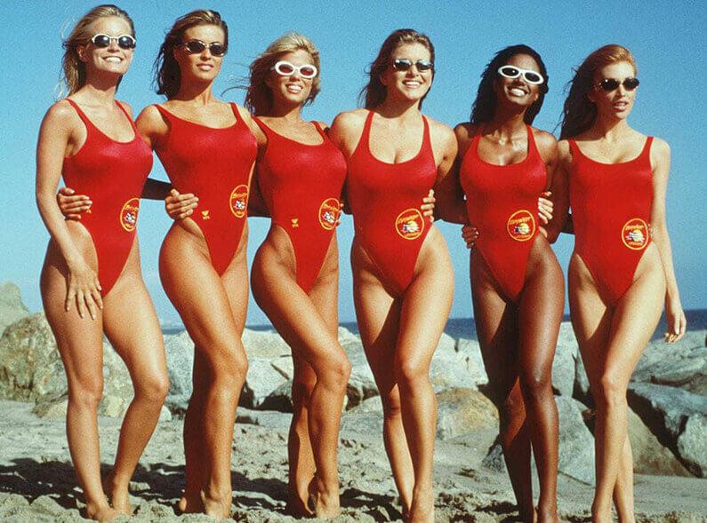 Actrices d'Alerte à Malibu, en maillot de bain sur la plage