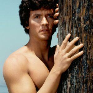 Mark Harris et sa main palmée appuyée contre un arbre dans L'homme de l'Atlantide