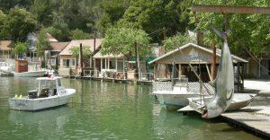 Le décor du port de Cabot Cove dans Arabesque