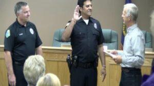Erik Estrada de la série Chips qui prête serment pour rejoindre les forces de police