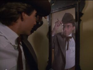 Sam Beckett qui regarde dans un miroir qui il est devenu dans Code Quantum