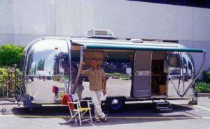 Mark Harmon devant son camping-car