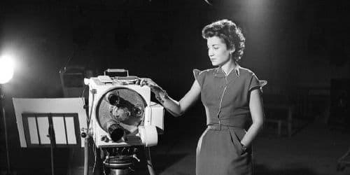 Jacqueline Joubert près d'une caméra de l'époque