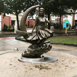 Statue en bronze d'Elisabeth Montgomery en Samantha dans Ma sorcière bien-aimée, dans la ville de Salem