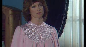 Chantal Nobel dans une tenue rose dans Chateauvallon