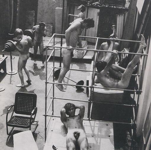 Jeunes hommes qui font du sport, nus,  dans un gymnase d'un YMCA