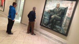 Le portrait de Frank Underwood de House of cards, exposé à la National portrait gallery, sous le regard de quelques curieux