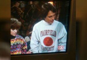 Tony avec un sweatshirt de l'université de Fairfield dans Madame est servie