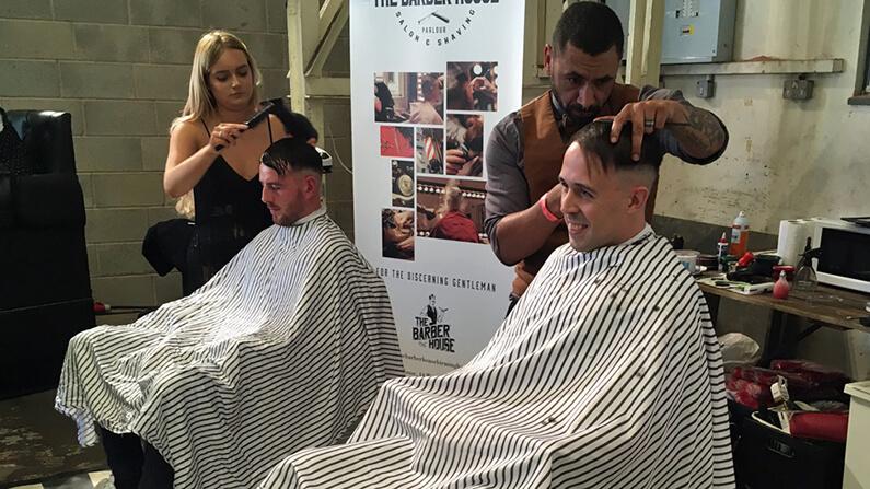 Fans de la série Peaky blinders qui se font faire la coupe de Tommy Shelby chez un coiffeur lors du festival