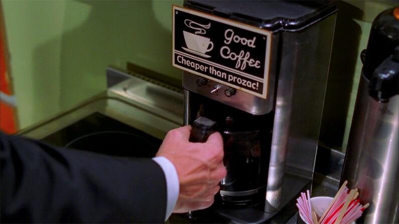 """Machine à café dans la salle de pause de l'hôpital dans Dr House avec inscrit """"Good coffee, cheaper than Prozac"""""""