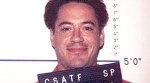 Photo anthropométrique de Robert Downey Jr, souriant, lors de son arrestation pour usage de drogues