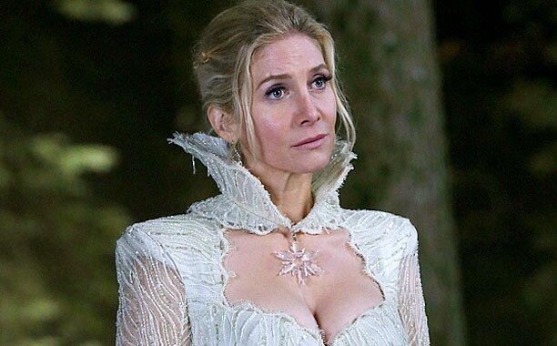La reine des neiges, jouée par Elisabeth Mitchell, en pleine forêt dans Once upon a time