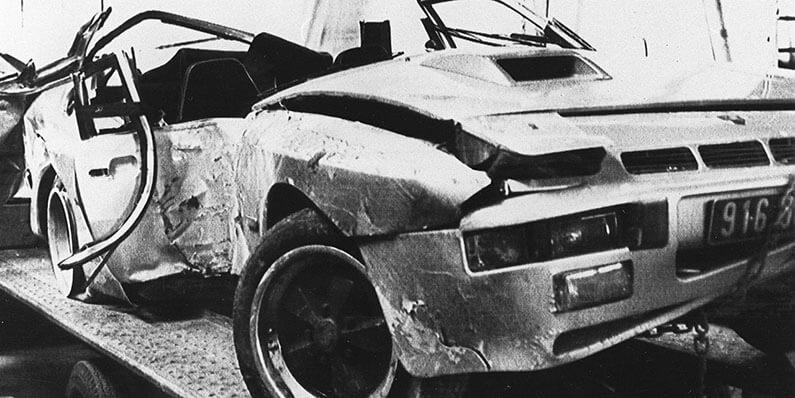 La Porsche de Sacha Distel, détruite, après l'accident qu'il a eu avec Chantal Nobel en 1985