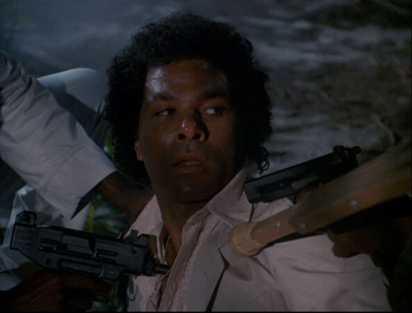 Ricardo Tubbs encerclé par des armes et ce qui semble être une béquille dans Deux flics à Miami
