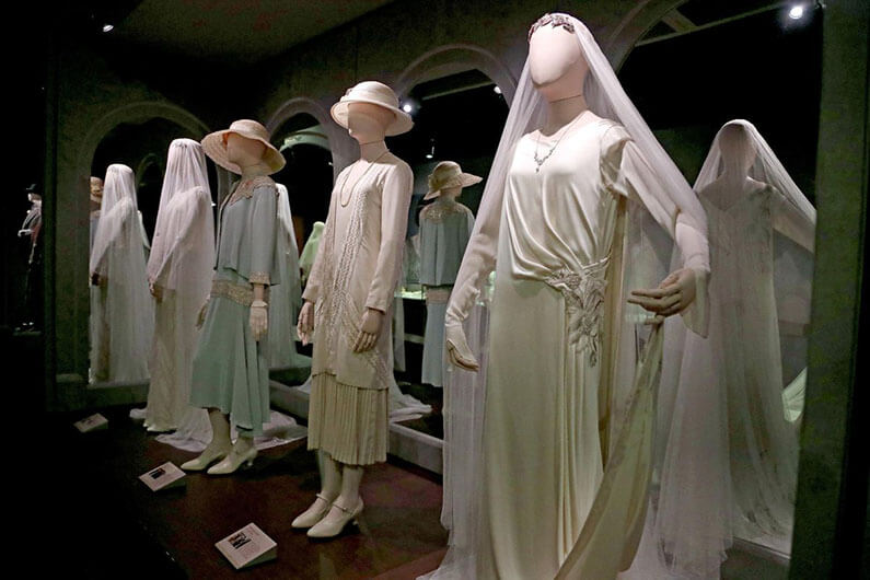 Plusieurs tenues de femmes de la série Downtown Abbey exposées en Floride